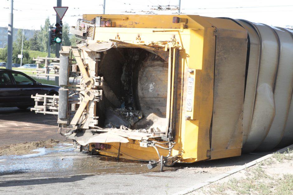 Ties Spaudos rūmais apvirto atliekų sunkvežimis, įvykio vietoje tvyro nosį riečiantis tvaikas