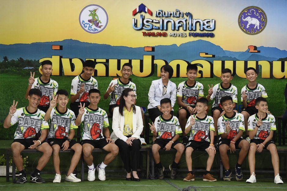 Iš urvo Tailande išgelbėtų vaikų spaudos konferencija
