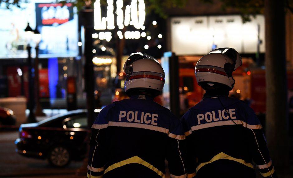 Per išpuolį Paryžiaus centre žuvo policininkas, du sužeisti