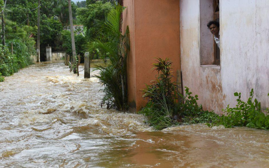 Šri Lankoje potvynių ir purvo nuošliaužų aukų padaugėjo iki 100
