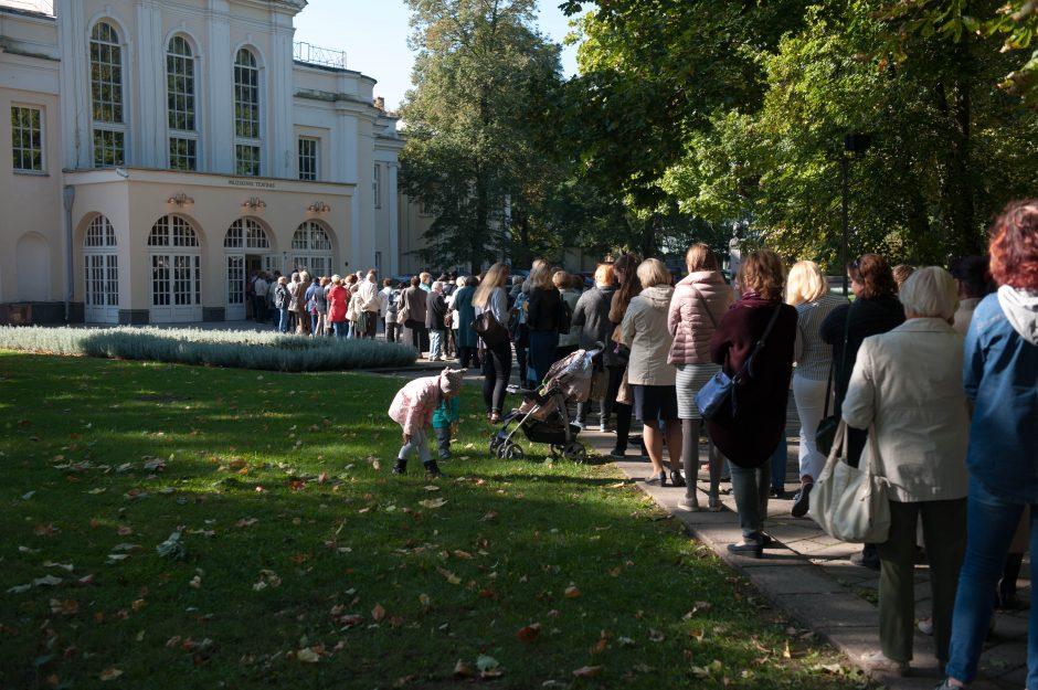 Prie Kauno valstybinio muzikinio teatro nusidriekė eilės