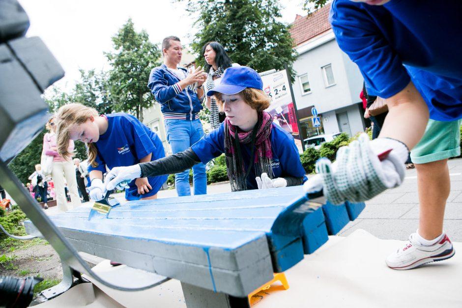 Vokiečių gatvę puošia ryškiaspalviai suoliukai