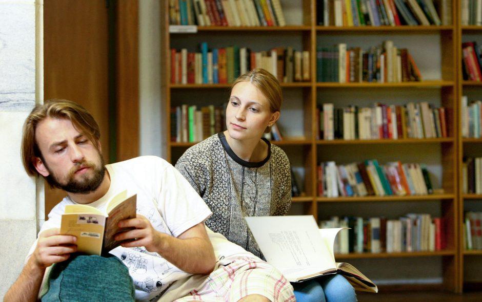 Jaunimas vis dar vasaroja su knygomis