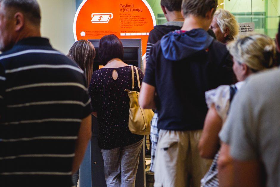 Dėl pensijos – ilgas laukimas eilėje prie bankomato