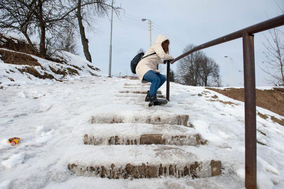 Skambina pavojaus varpais: laiptai virto pavojinga čiuožykla