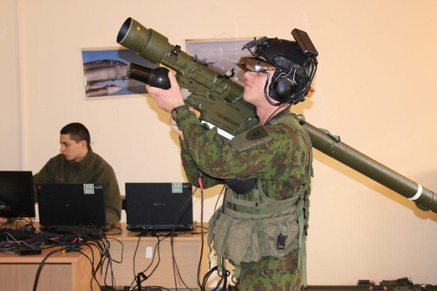 Karinių oro pajėgų šauktiniai mokosi dirbti su priešlėktuvinės gynybos sistema