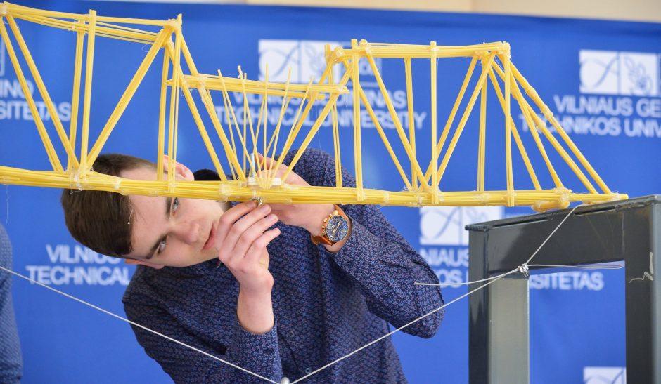 Iš makaronų pastatė daugiau nei 320 kilogramų atlaikantį tiltą