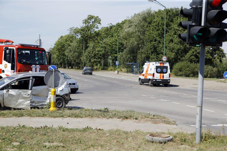 Vilkikas taranavo lengvąjį automobilį, du žmonės – ligoninėje