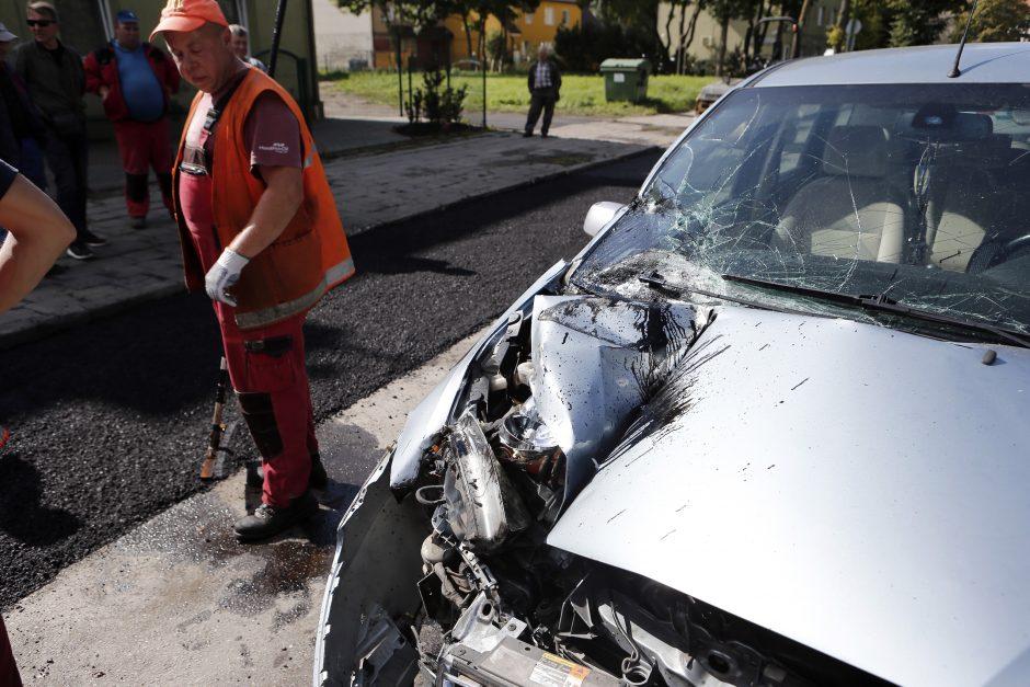 Girtas vairuotojas palindo po kaušu
