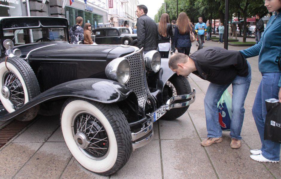 Link Kauno artėja įspūdinga klasikinių automobilių kolona