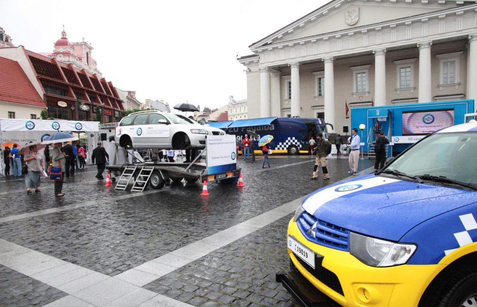 """Adrenalino vairuotojams įliejęs """"Saugaus kelio parkas"""" kelionę po Lietuvą baigia Vilniuje"""