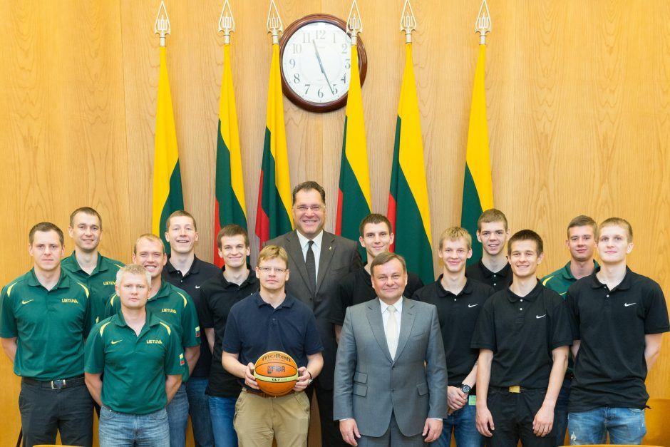 """""""Bronziniam jaunimui"""" – Seimo Pirmininko V. Gedvilo padėkos"""