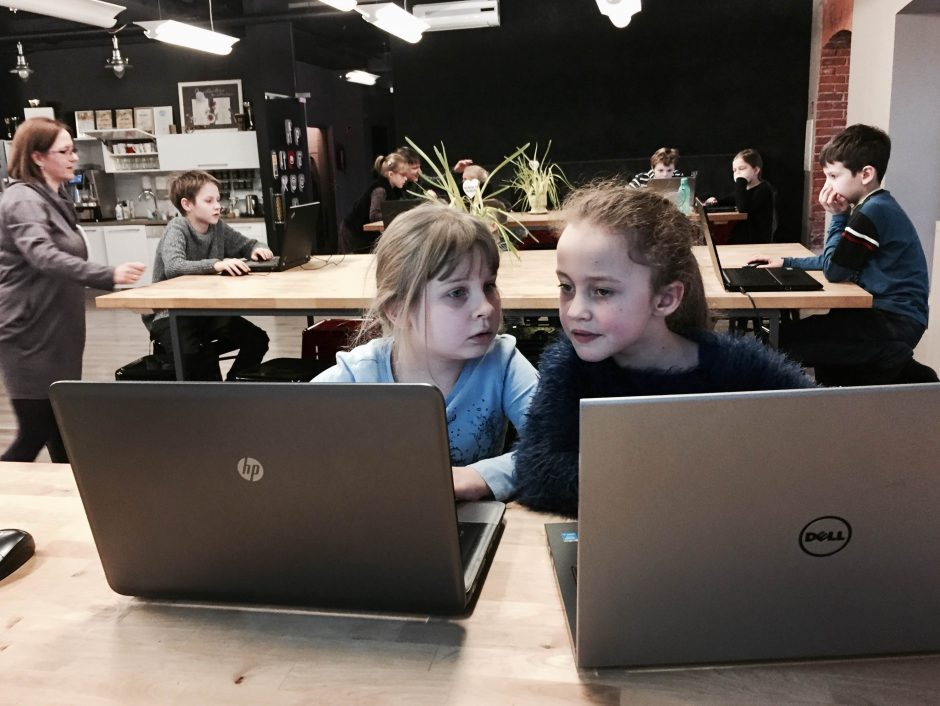 """""""Šimtmečio programavimo valanda"""" suburs Kauno vaikus"""