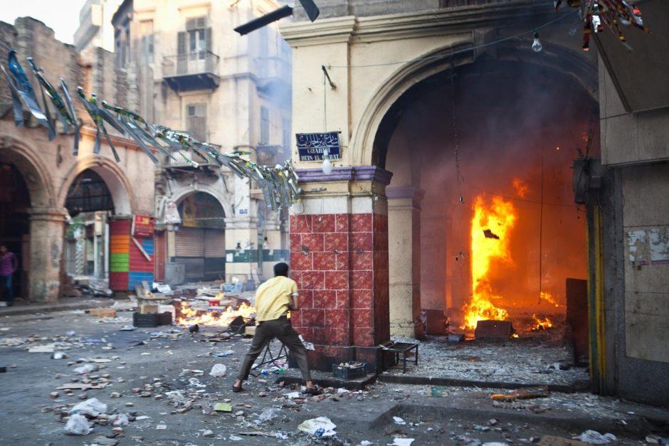 Prie Kairo mečetės, kur prisiglaudė islamiškų jėgų protestuotojai, aidėjo šūviai