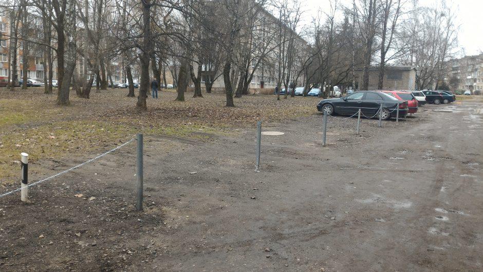 """Kova dėl vietos kiemuose: išvažinėta žolė ir grandinėmis saugoma """"asmeninė"""" vieta"""