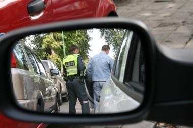 Policininkus kandžiojo ir mušė