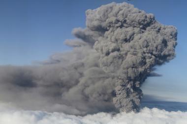Kamčiatkoje ugnikalnis išspjovė pelenų stulpus į daugiau nei 4 km aukštį