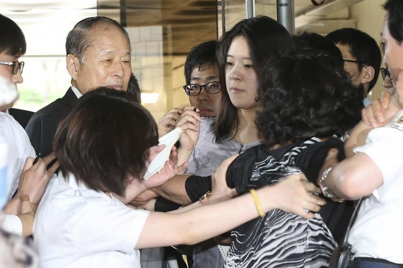 Pietų Korėjos prezidento brolis apmėtytas kiaušiniais