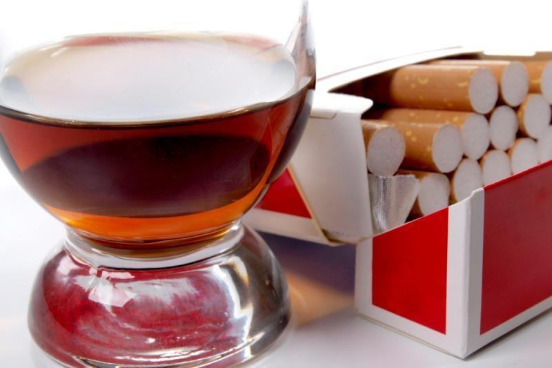 Vyriausybė nori riboti rusiškų cigarečių, alkoholio įvežimą