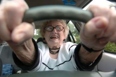 Vyresni vairuotojai sukelia mažiau avarijų
