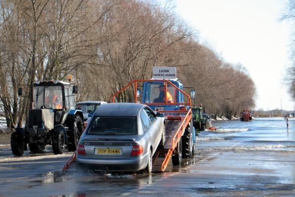 Rusnės kelyje srovė nustūmė džipą