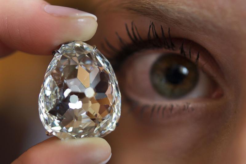 Rožinis deimantas aukcione parduotas už beveik 40 milijonų dolerių