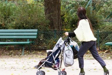 Motinystės ir tėvystės pašalpas siūloma mokėti ir gaunant papildomų pajamų