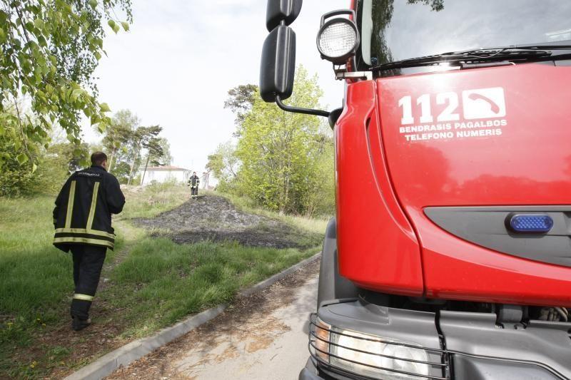 Ketvirtadienio popietę Melnragėje degė žolė