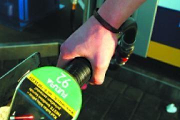 Naftos žaliava pigo, tačiau kuro kaina kilo