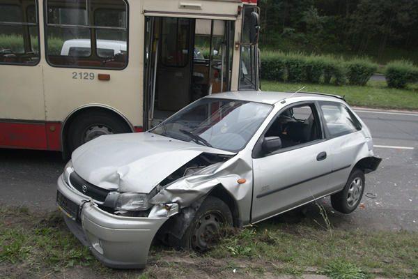 Sostinėje į kalną skriejantis troleibusas taranavo du automobilius