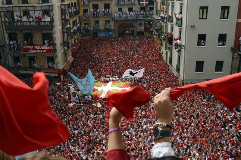 Tūkstančiai žmonių renkasi į tradicinį bulių bėgimo festivalį