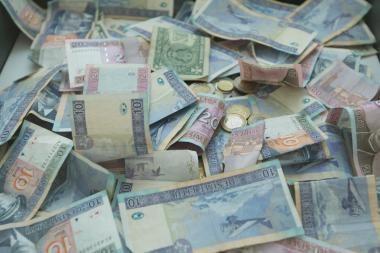 Įsibrovėliai linksminosi mėtydami iš seifo paimtus pinigus
