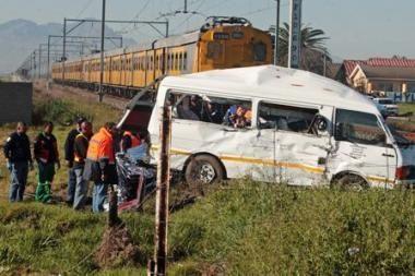 PAR traukiniui įsirėžus į mokyklos mikroautobusą žuvo aštuoni vaikai