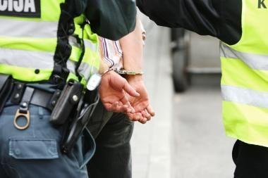 Policijai įkliuvo gydytoju apsimetęs telefoninis sukčius