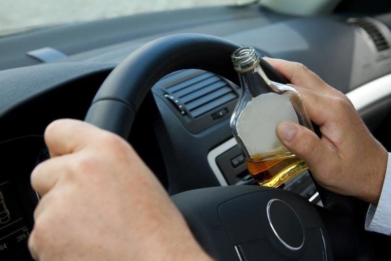 Valdžia spręs, kaip bausti už alkoholio vartojimą automobiliuose