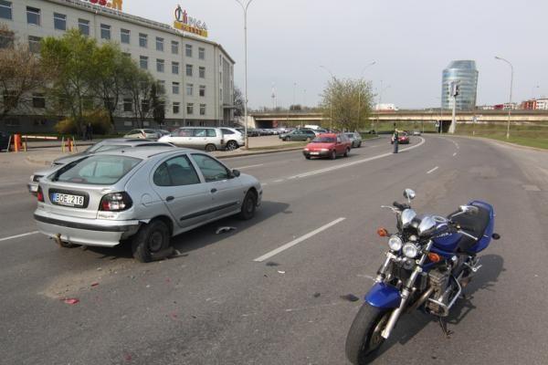 Motociklo vairuotojas nepastebėjo sustojusio automobilio