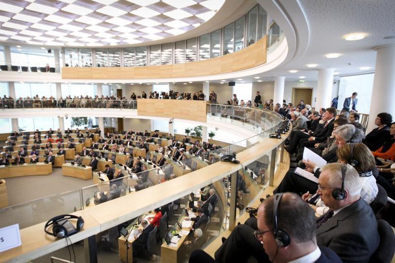 Pasipylė siūlymai, kaip mažinti algą Seimo nariams
