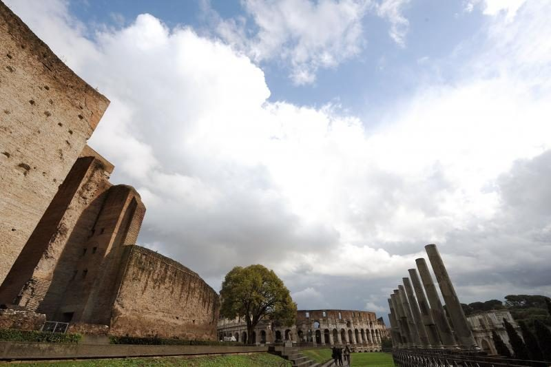 Turistai ardo senovės Romos mozaikas ir grindinius