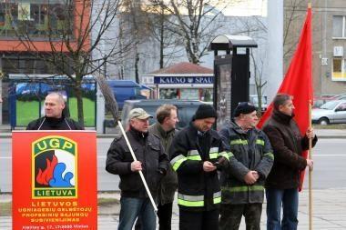 Ugniagesiams gresia dirbti už valytojų ir kiemsargių algas