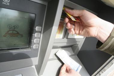 Plėšikams nepavyko pavogti bankomato