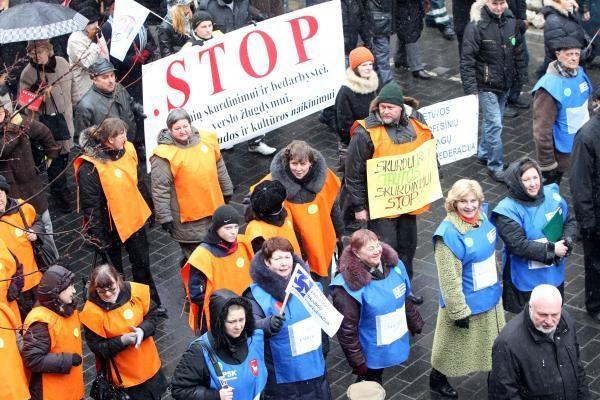 Profsąjungos reikalauja didinti algas, mažinti mokesčius