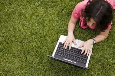 Lietuvoje internetu dažniau naudojasi moterys