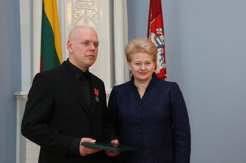 """D. Grybauskaitė """"Už nuopelnus Lietuvai"""" medaliu apdovanojo Svarą"""