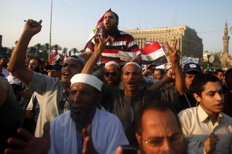 """Tūkstančiai žmonių Tahriro aikštėje smerkia Egipto karinį """"perversmą"""""""