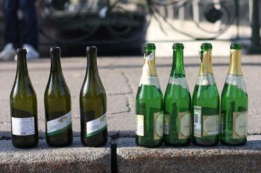 Trenkė šampano buteliu per galvą