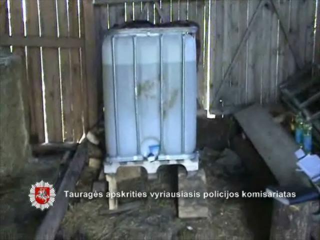 Daržinėje Tauragės pareigūnai aptiko 900 litrų dyzelino