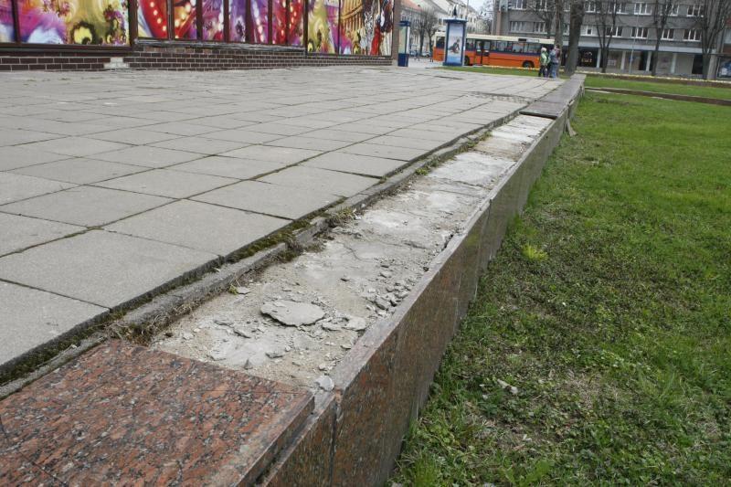 Atgimimo aikštėje bus atstatomos sudaužytos plokštės
