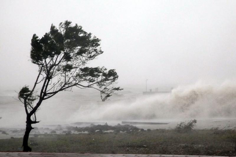 Pietų Japoniją pasiekė galingas taifūnas