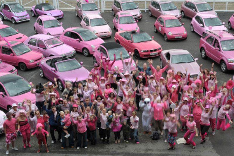 D.Britanijos ralyje – šimtai rožinių automobilių
