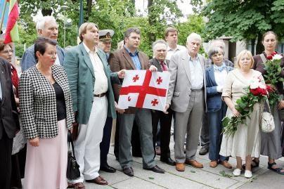 Prie Rusijos ambasados nesiliauja protestai